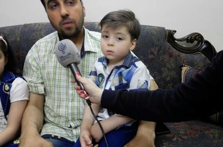 El padre de Omran concedió una entrevista a una periodista con afinidad al régimen sirio. (Foto Prensa Libre: Kinana Allouche)