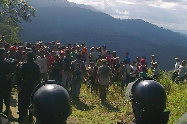 Grupo de campesinos desalojados de la finca Secamquim, Cahabón, Alta Verapaz, en donde se reportó una captura.