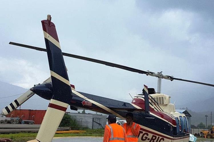 Personal de la minera inspecciona el helicoptero para descartar otros impactos de bala en la estructura. (Foto: Minera San Rafael)