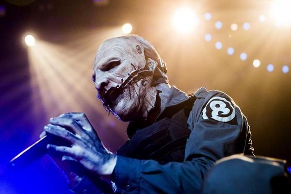 El líder del grupo estadounidense de heavy metal Slipknot, Corey Taylor, durante un concierto en Hungría. (Foto Prensa Libre: EFE)