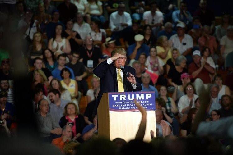 <em>Donald Trump en el momento en que se aprestaba a responder preguntas de la audiencia en Rochester. (Foto Prensa Libre: AFP).</em>
