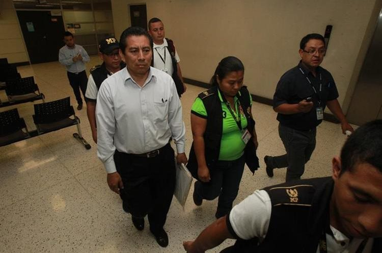 José Eduardo Chojolán, quien fungía como director de la Escuela de Comercio el día de la tragedia, se retiró del MP sin dar declaraciones. (Foto Prensa Libre: Estuardo Paredes).