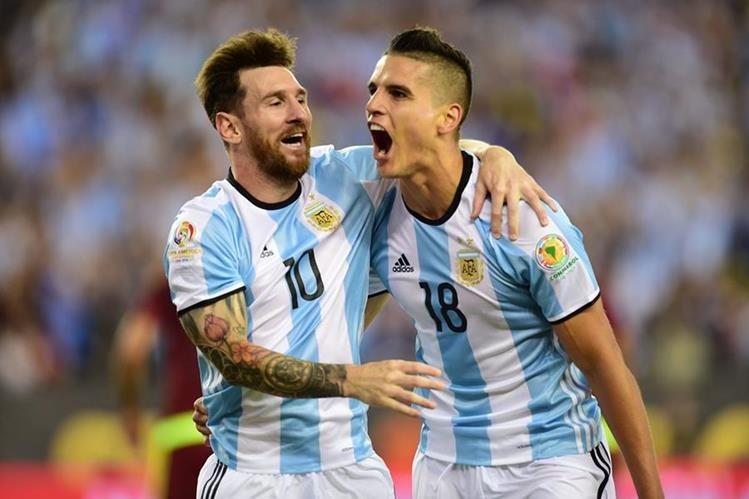 Lionel Messi y Érik Lamela festejan un gol de Argentina contra Venezuela. (Foto Prensa Libre: AFP).