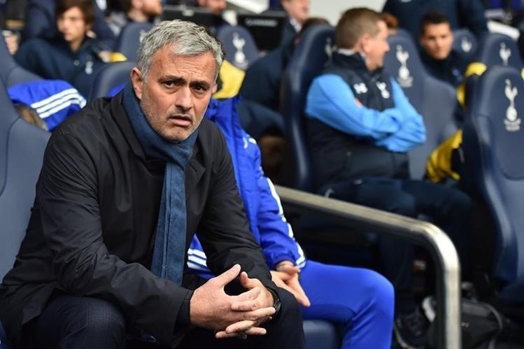 El entrenador portugués José Mourinho quedó fuera del Chelsea luego de los malos resultados que tienen el equipo al borde del descenso. (Foto Prensa Libre: Hemeroteca)