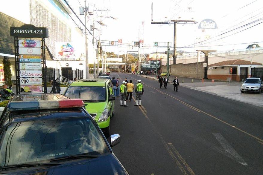 Por la cantidad de evidencia en el área se ordenó cerrar la 20 calle, en ambas vías. (Foto Prensa Libre: Estuardo Paredes)