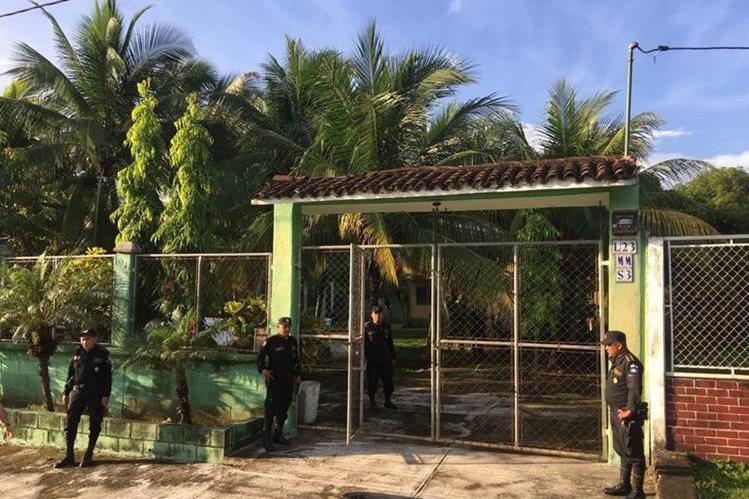 Fuerzas de seguridad allanaron la vivienda ubicada en lotificación Costa Linda. (Foto Prensa Libre: PNC)
