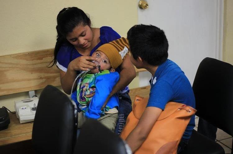 Personas podrán recibir atención del nivel de un hospital en los centros de salud. (Foto Prensa Libre: Esbin García)