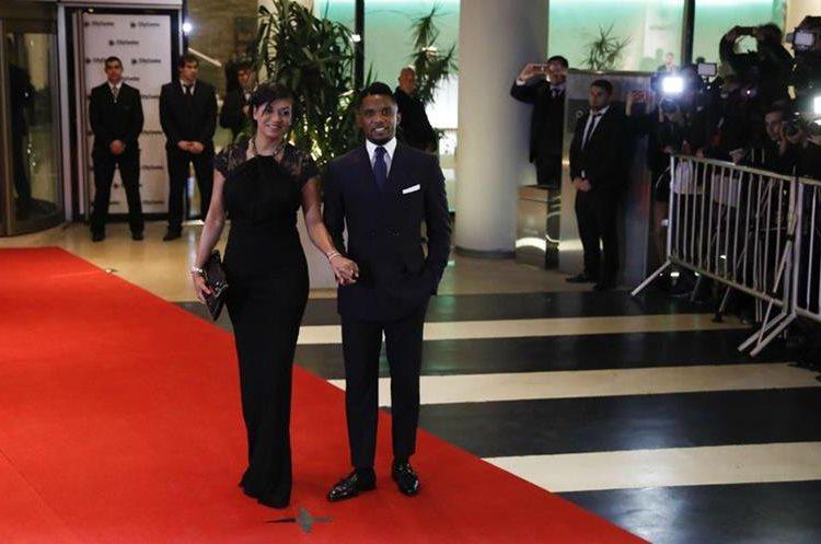 El exjugador del FC Barcelona Samuel Etoo y su esposa Georgette no se perderán la boda de Lionel Messi y Antonella Rocuzzo. (Foto Prensa Libre: EFE)