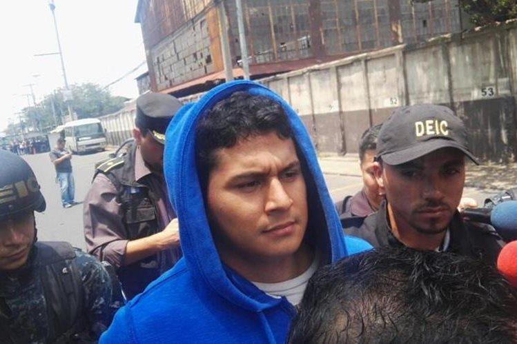 Jabes Meda Maldonado es conducido por agentes del PNC hacia el Juzgado de Turno. (Foto Prensa Libre: Carlos Hernández)