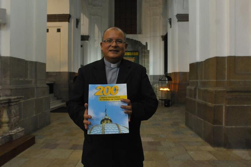 El padre José Luis Colmenares Samayoa, párroco del templo, recibió el libro. (Foto Prensa Libre: Ana Lucía Ola)