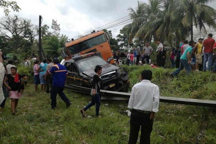 Un autopatrulla de la PNC también fue alcanzado por un tráiler cuyo piloto perdió el control, en Lívingston, Izabal. (Foto Prensa Libre: Dony Stewart)