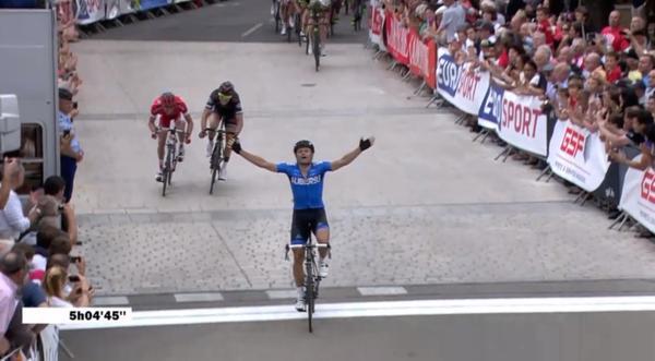 El ciclista francés festeja al ingresar a la meta. (Foto Prensa Libre: Twitter Team Movistar)