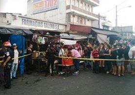 El incidente fue en el mercado de la colonia El Milagro, en presencia de vecinos que realizaban compras. (Foto Prensa Libre: Bomberos de Mixco)