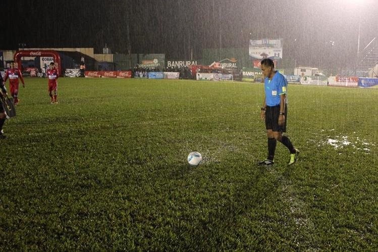 Así luce la cancha en Cobán, debido a la lluvia. (Foto Prensa Libre: Eduardo Sam)