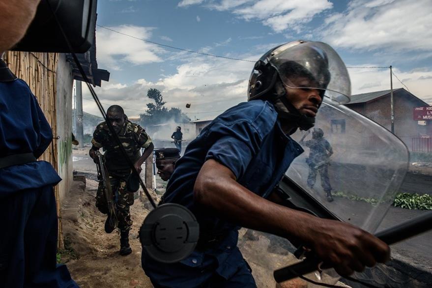 Un policía trata de repeler una violenta manifestación en Burundi, en donde la población se opone a un tercer mandato del presidente. (Foto Prensa Libre: AFP).
