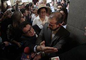 El diputado Álvaro Velásquez, quien se ha manifestado en favor de las reformas, intenta ingresar en uno de los pasillos del Congreso, pero se lo impiden los opositores. (Foto Prensa Libre: C. Hernández )