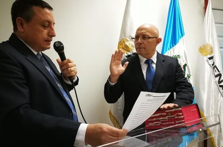 Enrique Octavio Alonzo Aceituno es juramentado como director ejecutivo de Renap. (Foto Prensa Libre: Érick Ávila)