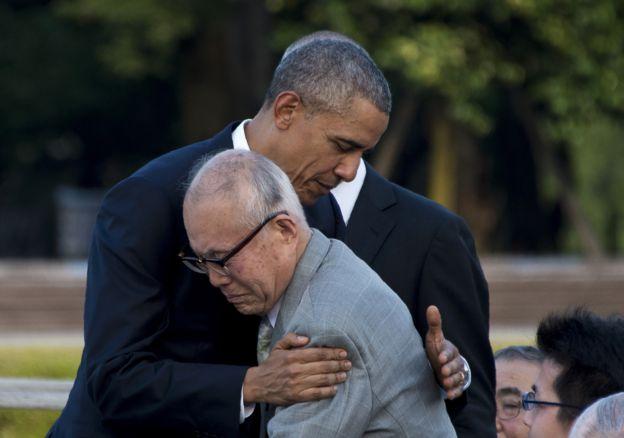 Obama abraza a Shigeaki Mori, sobreviviente de la bomba atómica de Hiroshima en 1945. (GETTY IMAGES).