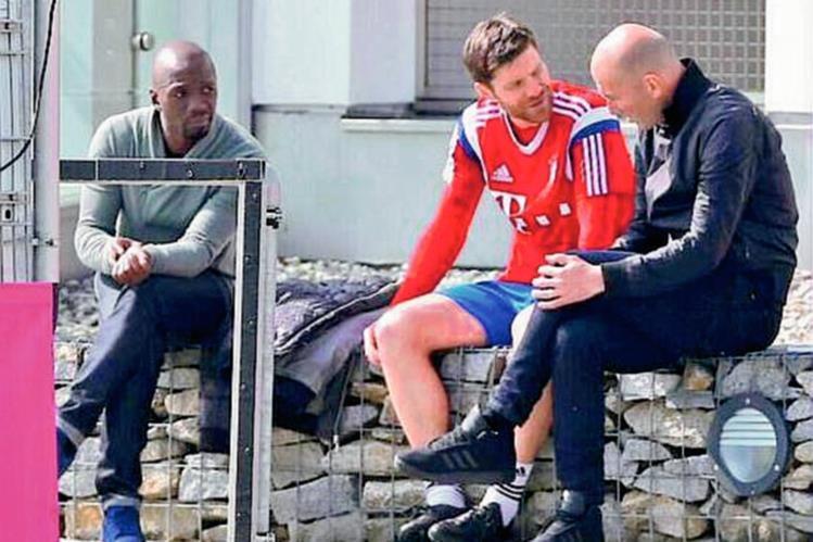 Zinedine Zidane, captado junto al entrenador Josep Guardiola, en el entrenamiento de este martes del Bayern Múnich. (Foto Prensa Libre: sacada de Twitter).
