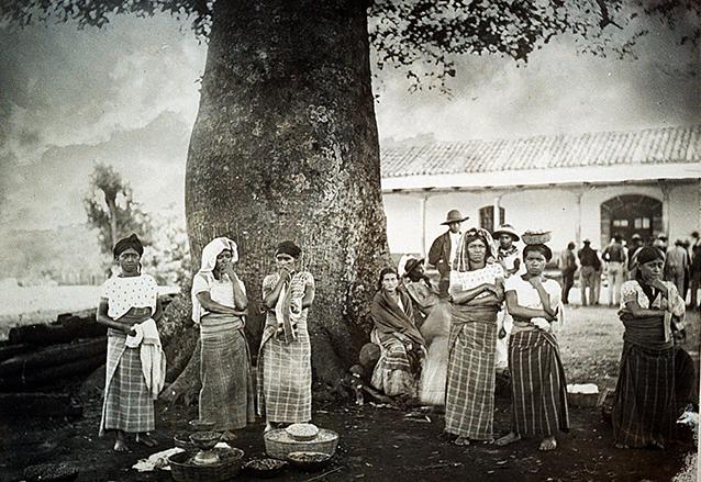 Mujeres al pie de la Ceiba de Palín. (Foto: CIRMA)