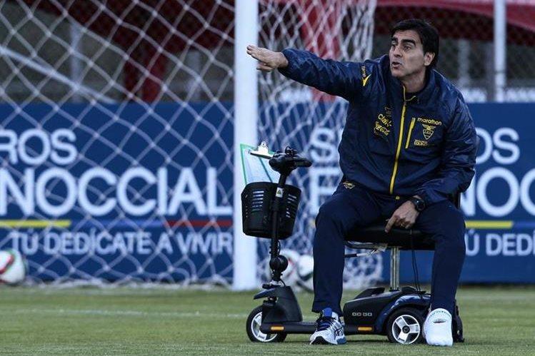 El entrenador de la selección de fútbol de Ecuador, Gustavo Quinteros, dirigió ayer el último entreno antes de partir a Argentina. (Foto Prensa Libre: EFE)