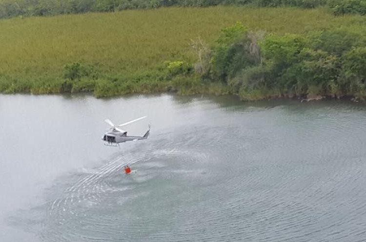 Labor que realiza el helicóptero hondureño para controlar incendios en Petén (Foto Prensa Libre: EFE)