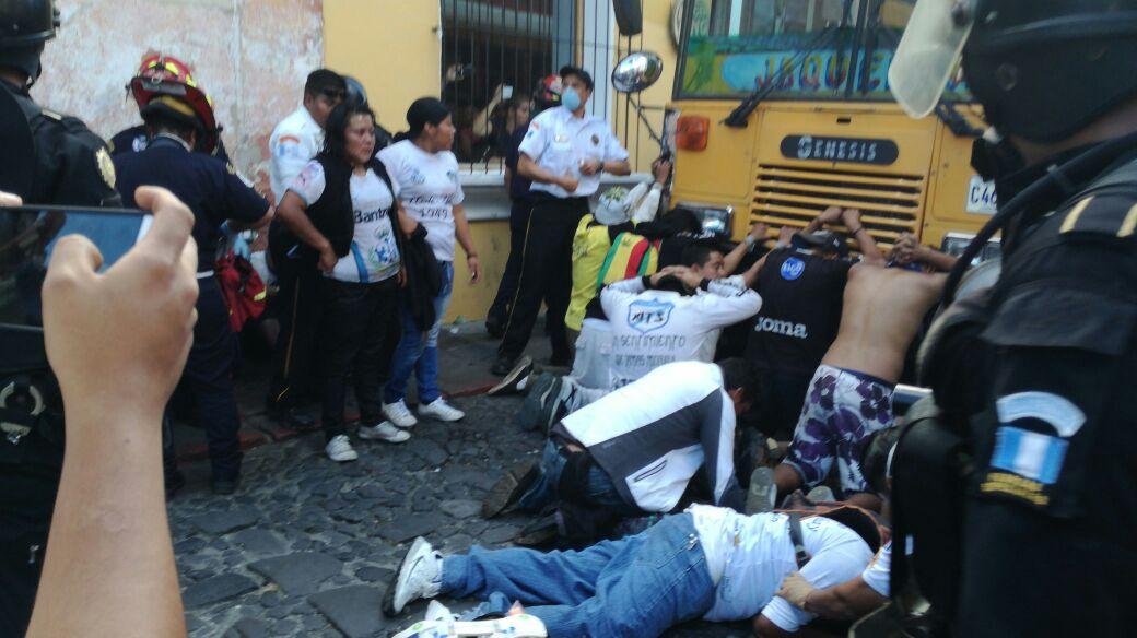Aficionados de Comunicaciones causaron destrozos en la ciudad colonial. (Foto Prensa Libre: Miguel López)