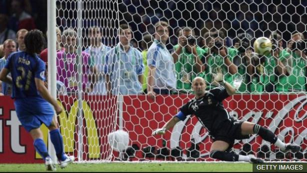 Anotando su gol en la definición por penales de la final del Mundial de Alemania 2006. (Foto Prensa Libre: BBC Mundo)