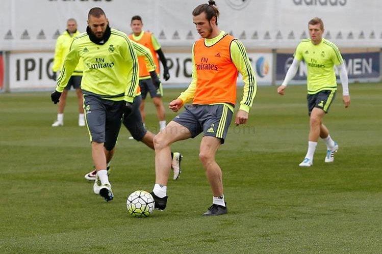 Karim Benzema y Gareth Bale durante el entrenamiento de este jueves en la Ciudad Deportiva del Real Madrid. (Foto Prensa Libre: Real Madrid).