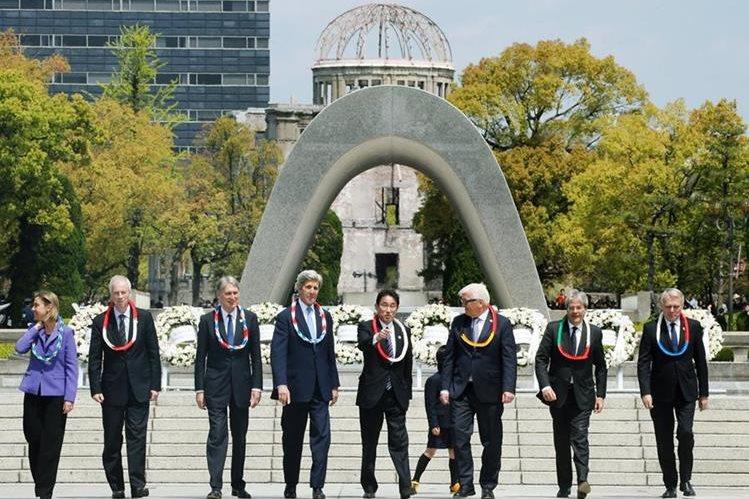 Kerry (cuarto de izq. a der.) junto a otros altos funcionarios en el parque conmemorativo de la paz de Hiroshima, Japón. (Foto Prensa Libre: AP).