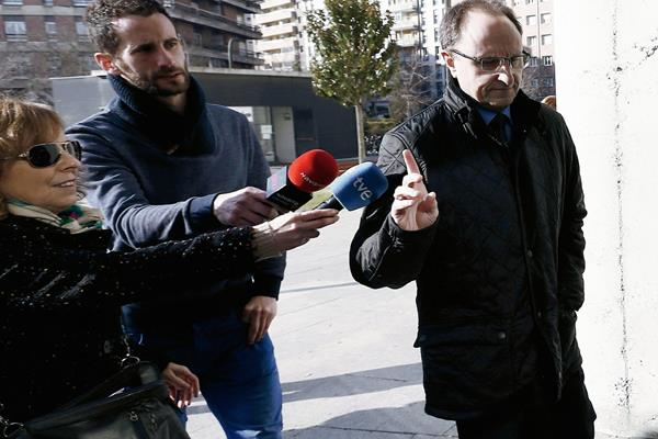 El actual gerente de Osasuna, Angel Ardanaz (derecha) llegó ayer  al Palacio de Justicia de Pamplona donde se investiga el presunto desvío de dinero del Club Atlético Osasuna y el supuesto arreglo de partidos. (Foto Prensa Libre: EFE)