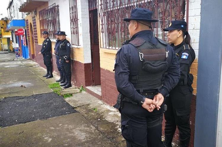 Investigadores realizan diligencias en una vivienda de la colonia Primero de Julio, zona 5 de Mixco. (Foto Prensa Libre: Redacción)