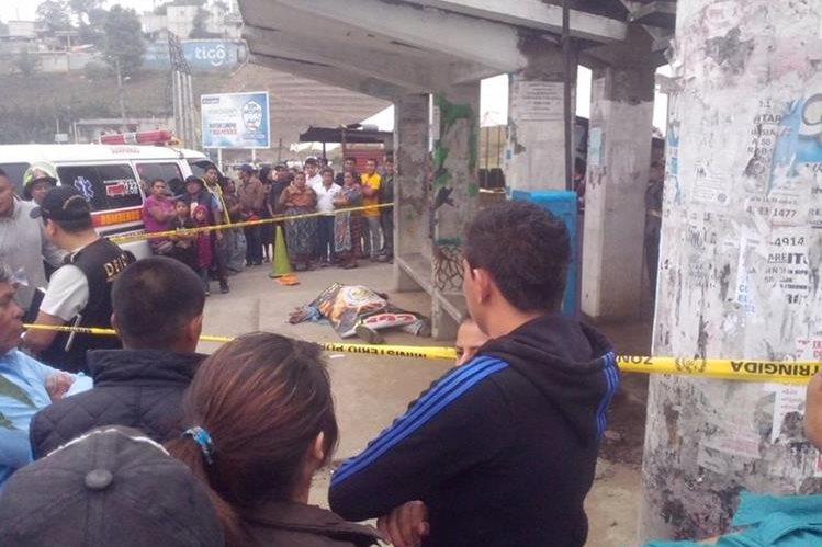 Agentes policiales resguardan lugar donde se halla cuerpo de Herber Ovando. (Foto Prensa Libre: Víctor Chamalé)