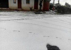Una gruesa capa de granizo cubrió calles de Palestina de los Altos, Quetzaltenango. (Foto Prensa Libre: Whitmer Barrera)