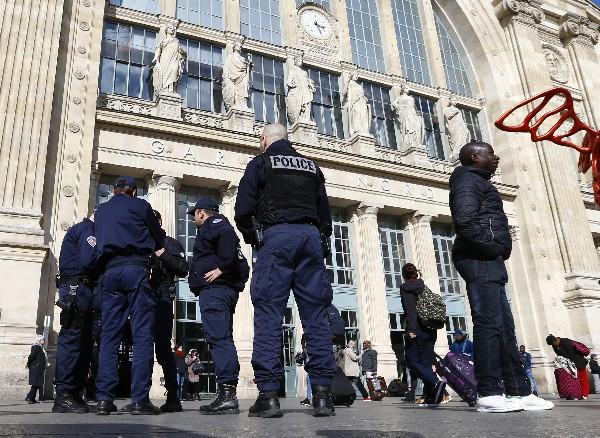 <span>La</span><span> Policía</span> <span>francesa</span> <span>patrullan</span> <span>fuera de la estación</span> <span>de tren</span> <span>Gare</span> <span>du</span> <span>Nord</span><span>.</span>