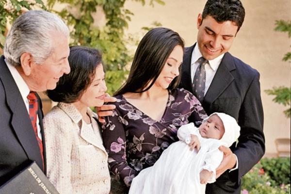 Los padrinos tienen la responsabilidad de guiar al ahijado de bautismo o confirmación en su camino de la vida espiritual. (Foto Prensa Libre, Hemeroteca)