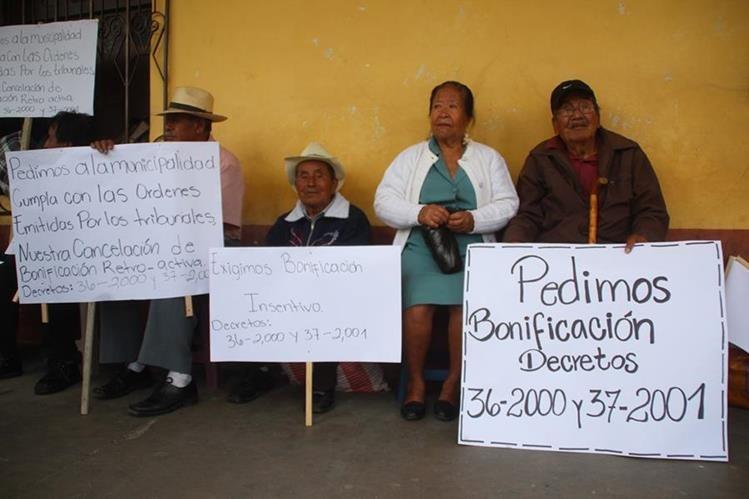 Algunos de los inconformes se manifiestan frente a la comuna de Huehuetenango. (Foto Prensa Libre: Mike Castillo).
