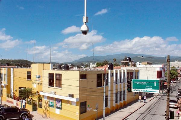 Una de  las 32 cámaras de vigilancia instaladas en la cabecera de Jalapa, pero que  aún  no funcionan porque  carecen de tierra física.