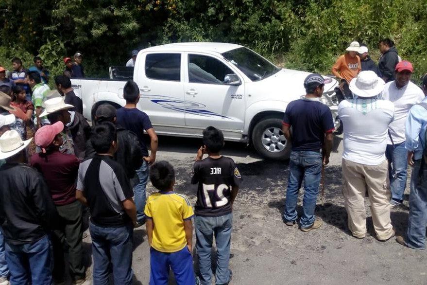 Vehículo en el que se transportaban las víctimas. (Foto Prensa Libre: Ángel Julajuj)