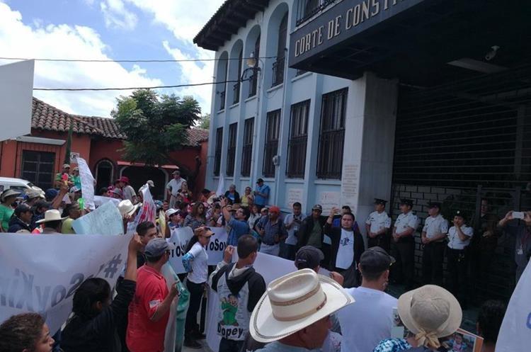 Protesta de pobladores permanece frente a la Corte de Constitucionalidad. (Foto Prensa Libre: Óscar Fernando García).