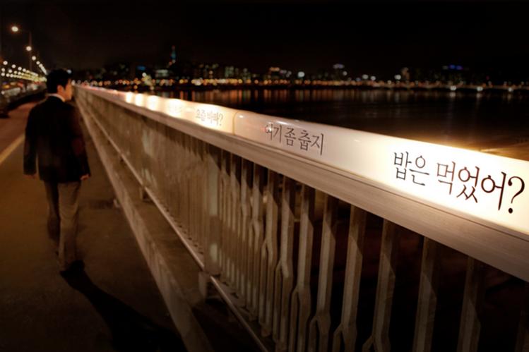 <em>Ilustración. El puente del el río Han es utilizado por decenas de personas para atentar contra su vida. (Foto Prensa Libre: Internet).</em>