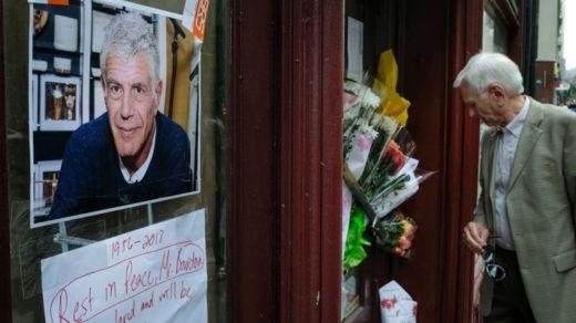Admiradores de Bourdain homenajearon con flores y mensajes para el cocinero en el restaurante Brasserie Les Halles de Nueva York, donde era el chef principal. GETTY IMAGES