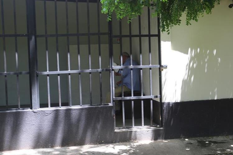 El exfuncionario permanece en la carceleta del Tribunal de Sentencia de Femicidio y otras Formas de Violencia contra la Mujer de Chiquimula. (Foto Prensa Libre: Edwin Paxtor).