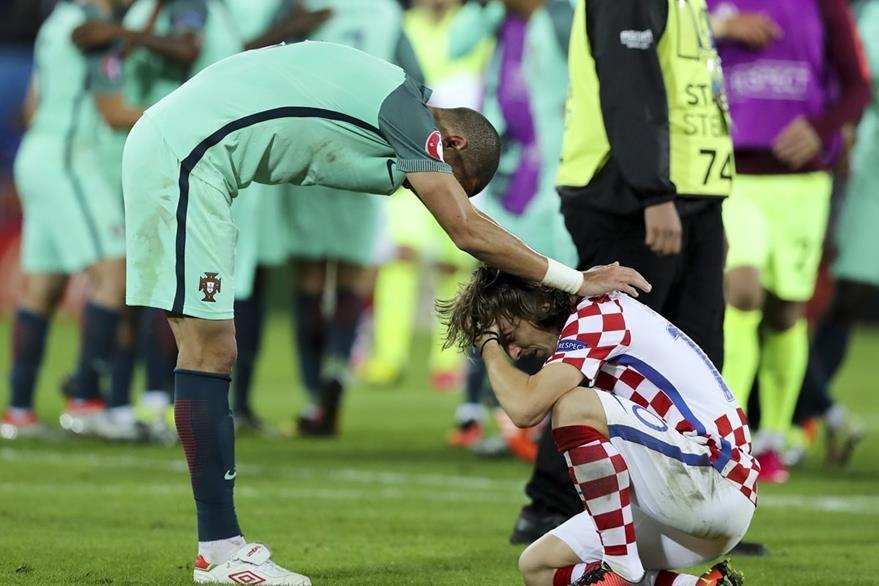 Croacia quedó fuera de la Eurocopa después de perder contra Portugal. Al final, Modric fue consolado por su compañero de equipo Pepe. (Foto Prensa Libre: EFE)