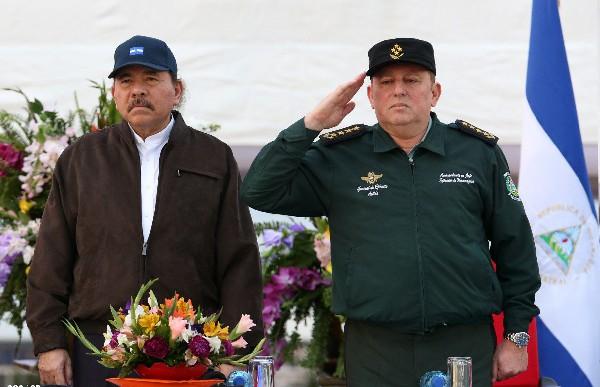 <em>Daniel Ortega (izq) durante el 36 aniversario de la Fuerza Aérea.</em>