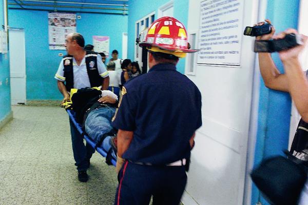 Socorristas trasladan  a uno de los heridos al Hospital Regional de Coatepeque, Quetzaltenango. (Foto Prensa Libre: Alexánder Coyoy)