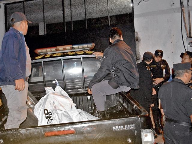 Autoridades del SP y agentes de la PNC retiran los cuerpos de los reos que fueron hallados sin vida. (Foto Prensa Libre: Oswaldo Cardona)