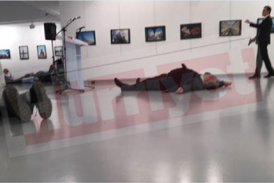 Imágenes de la televisión local muestran al embajador en el suelo. (Foto: Twitter).