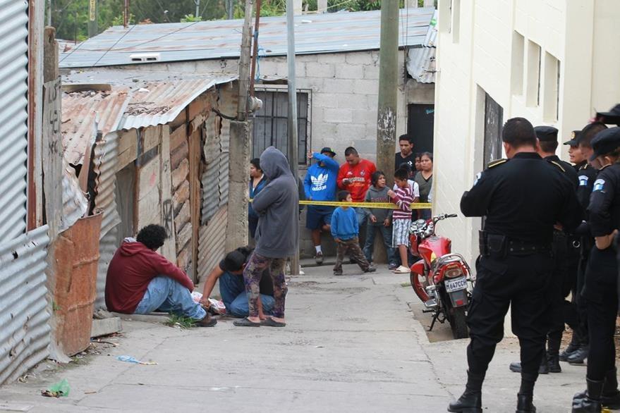 Diego Dumas Mendoza de 25 a–os, fue asesinado a balazos cuando caminaba por la 33 avenida y 9 calle asentamiento Las Champas zona 18, el motivo del cfrimen aun esta en investigaci—n.   Foto  : Estuardo Paredes                        03/07/15
