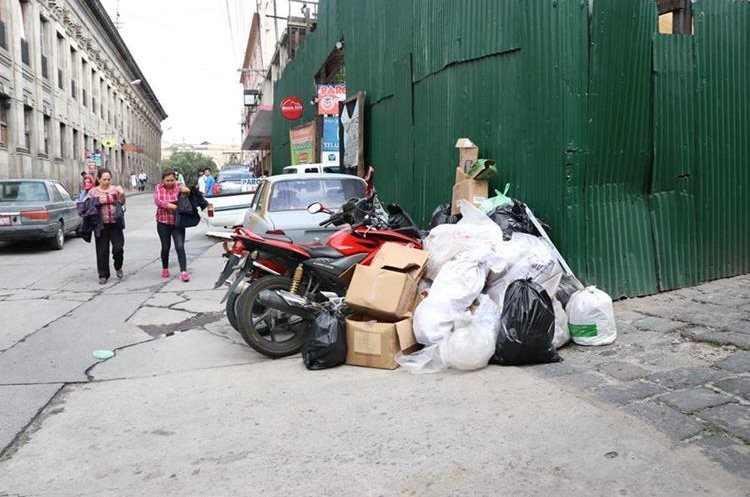 Algunas banquetas de Xela son utilizadas como basureros. (Foto Prensa Libre: María José Longo).
